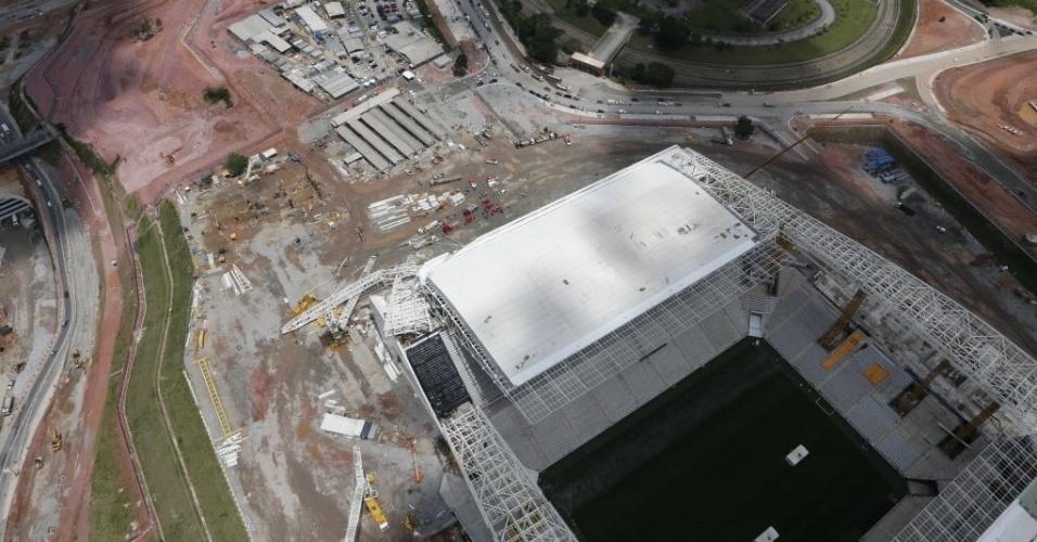 27.nov.2013 - Imagens aéreas mostram estrutura que desabou no Itaquerão; Corinthians decretou sete dias de luto