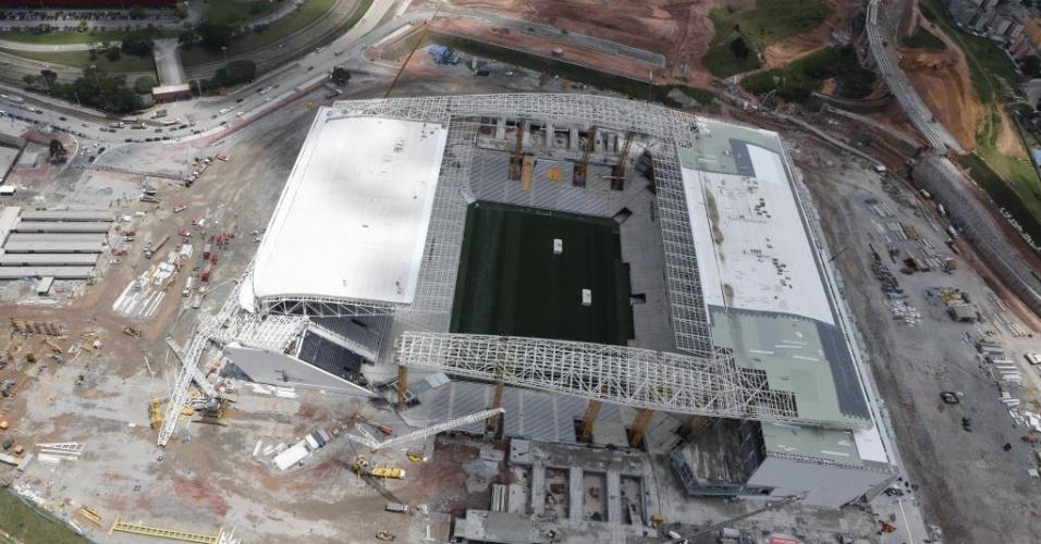 27.nov.2013 - Imagens aéreas mostram estrutura que desabou no Itaquerão; causa do acidente será investigada