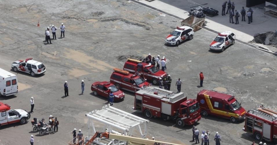 27.nov.2013 - Imagens aéreas mostram estrutura que desabou no Itaquerão; obra será paralisada por dois dias