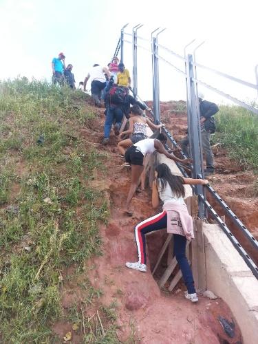 27.nov.2013 - Muitas pessoas se arriscaram para chegar próximo ao local da queda do guindaste no Itaquerão
