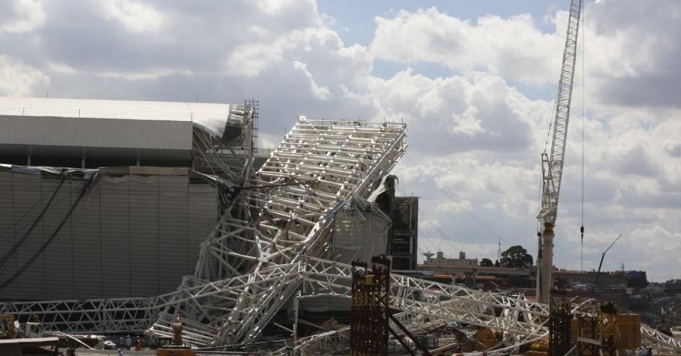 27.nov.2013 - O acidente aconteceu por volta das 12h45, quando um guindaste içava uma peça de 500 toneladas da cobertura.