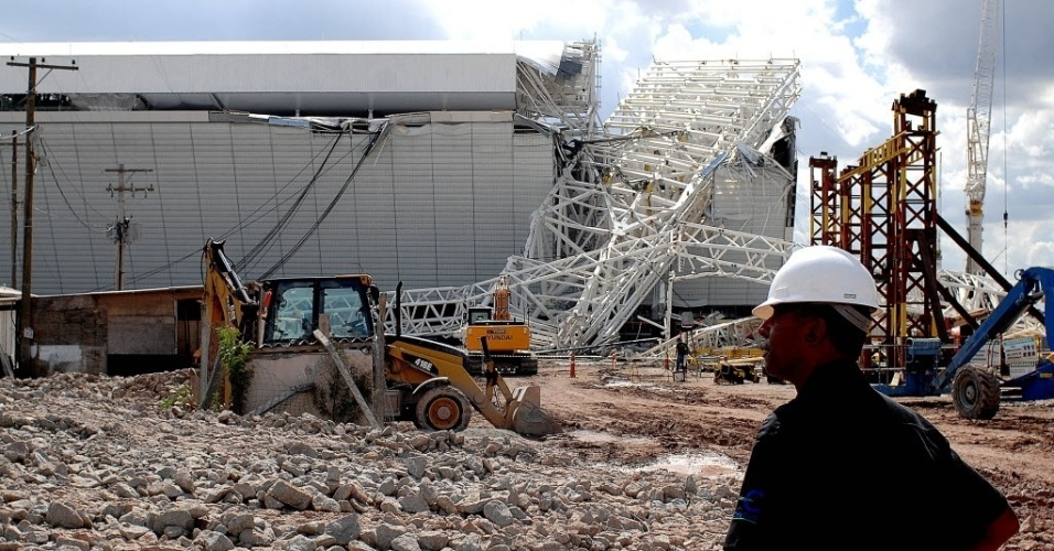 27.nov.2013 - O acidente atingiu o painel de led do estádio, que fica do lado leste do Itaquerão