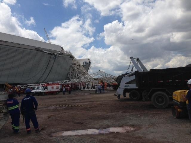 27.nov.2013 - Parte da estrutura metálica do Itaquerão desabou e destruiu parte do novo estádio do Corinthians