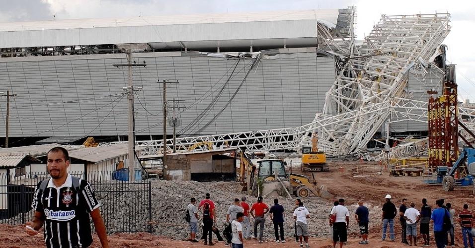27.nov.2013 - Serão feitos estudos para verificar se a queda de parte da arquibancada impedirá o estádio de receber o primeiro jogo da Copa do Mundo