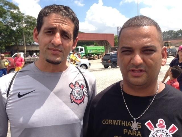27.nov.2013 - Torcedores do Corinthians foram ao Itaquerão após a notícia do desabamento que matou operários nesta quarta-feira