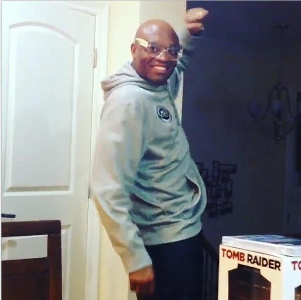 Anderson Silva dança em casa