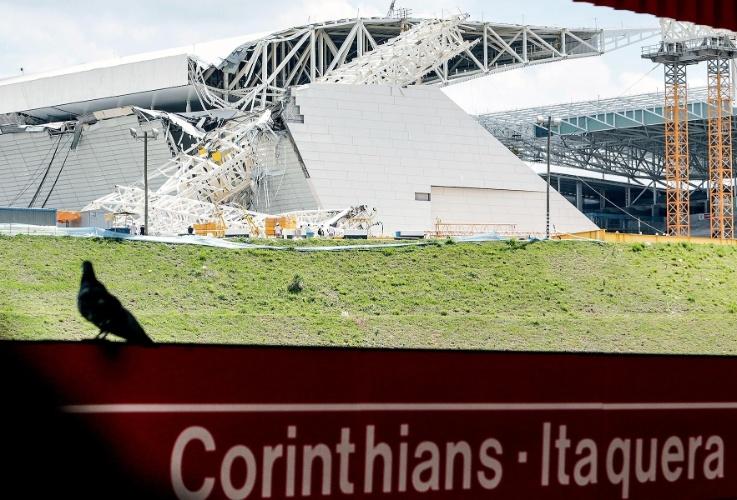 Área que desabou no Itaquerão é vista da estação de metrô Corinthians Itaquera