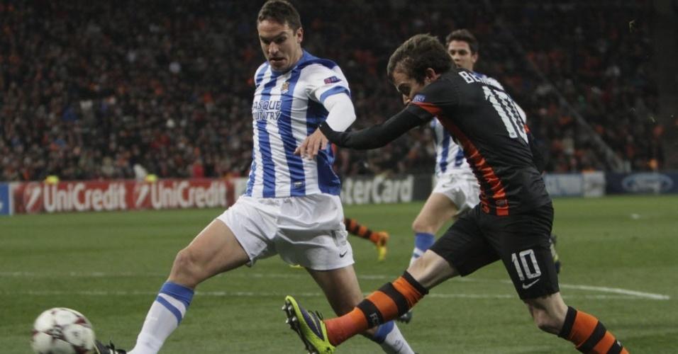Bernard tenta a finalização diante da marcação de Ansotegi durante partida da Liga dos Campeões entre Shakhtar Donetsk e Real Sociedad