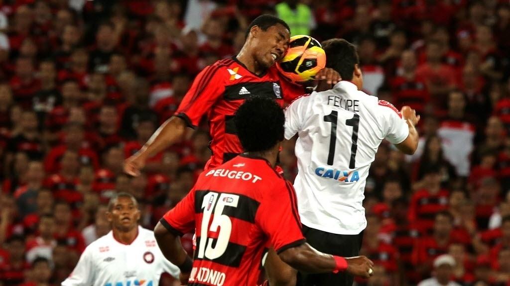 Elias disputa a bola com Felipe durante a final da Copa do Brasil (27.nov.2013)