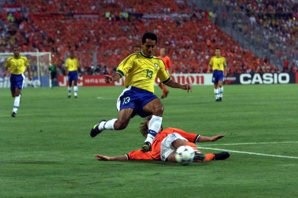 Ex-lateral Zé Carlos em ação contra a Holanda na Copa de 98; hoje ele é secretário da cidade de Nova Mutum-MT