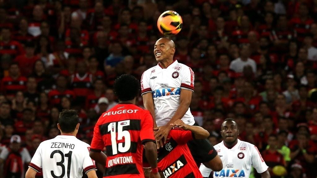 Luiz Alberto sobe para cabecear a bola durante a final da Copa do Brasil (27.nov.2013)