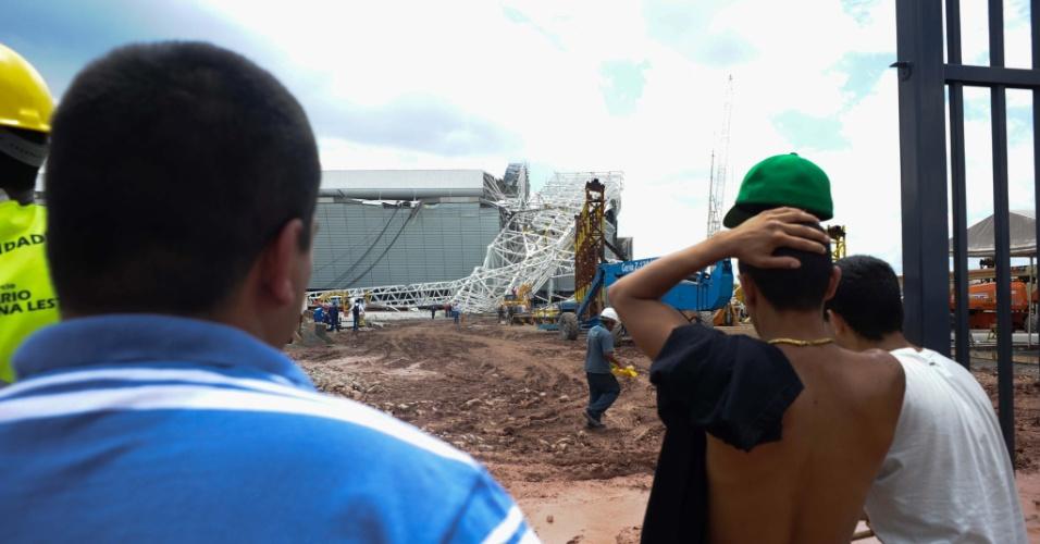 Peça da cobertura do Itaquerão desaba no começo da tarde desta quarta-feira (27), em São Paulo (SP), destruindo parte da arquibancada do futuro estádio do Corinthians e deixando dois mortos, segundo a construtora Odebrecht. O novo estádio do Corinthians estava previsto para ser entregue em dezembro deste ano. Ele foi escolhido para sediar a abertura do Copa do Mundo de 2014.