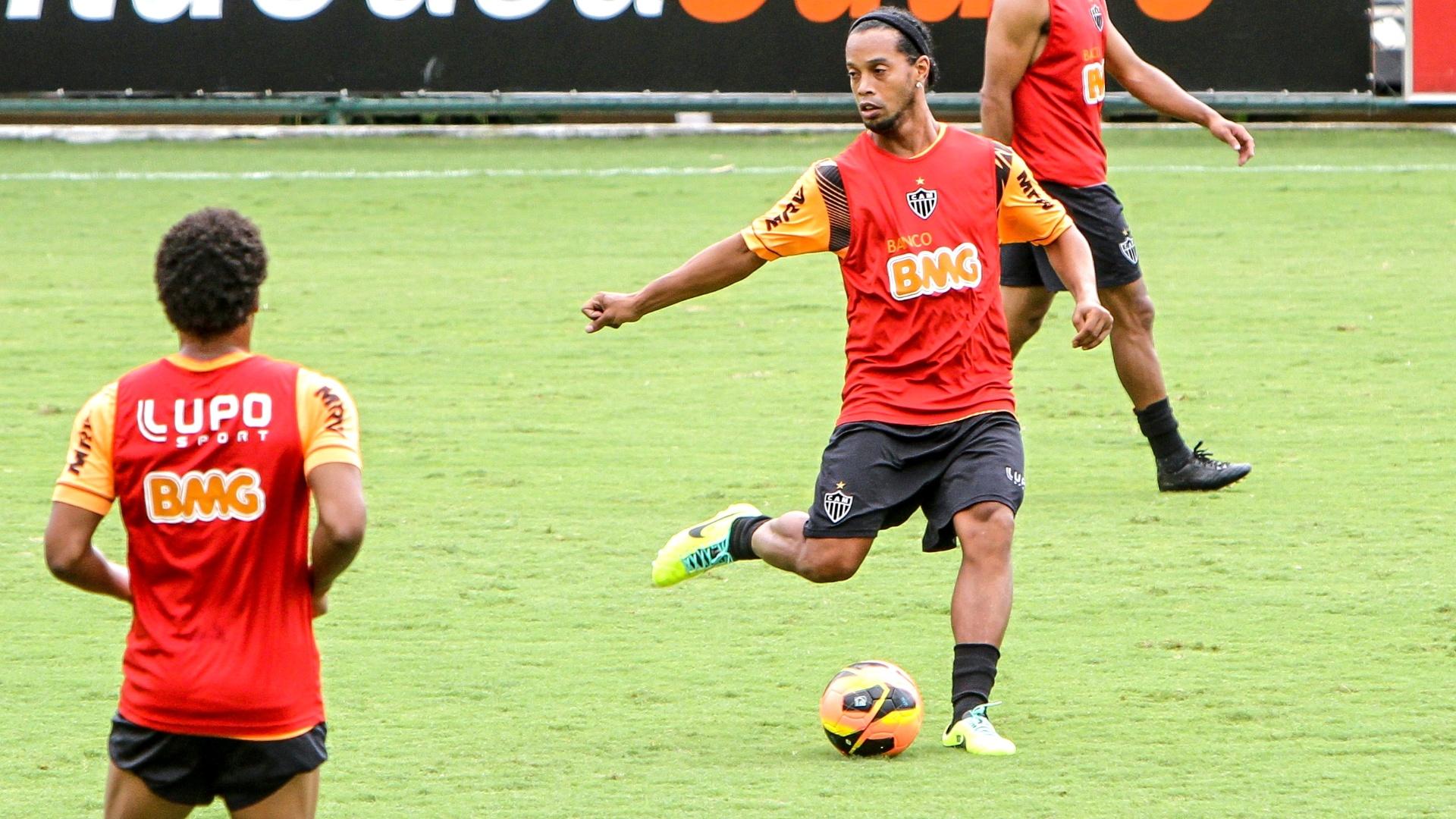 Ronaldinho Gaúcho participa de treino com bola no Atlético-MG, na Cidade do Galo (27/11/2013)