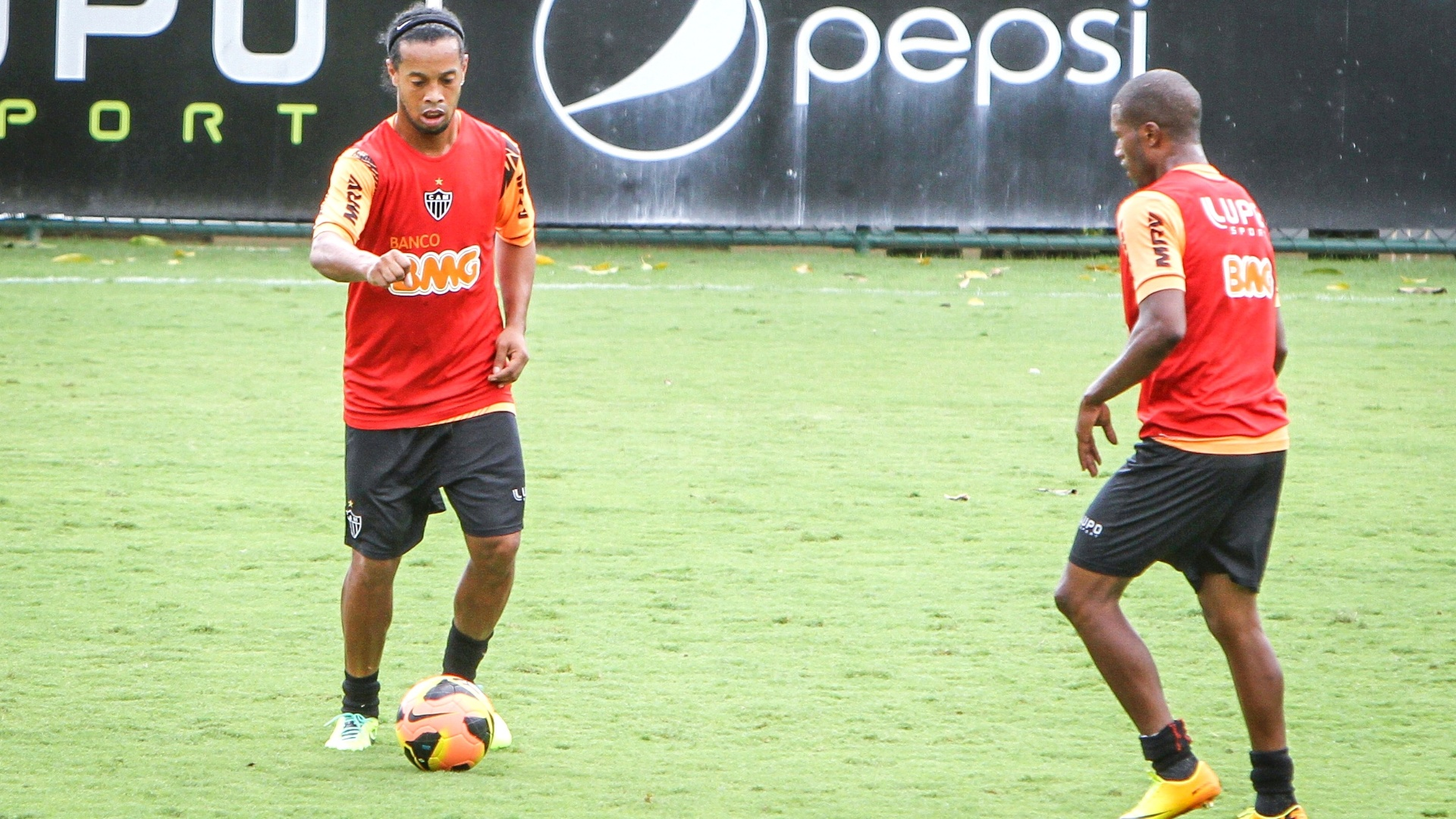 Ronaldinho Gaúcho volta a treinar com o grupo do Atlético após lesão, na Cidade do Galo (27/11/2013)