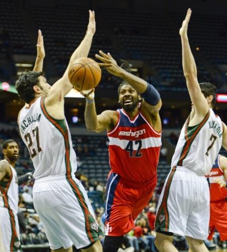27.nov.2013 - Nenê infiltra para o Washington Wizards durante a vitória por 100 a 92 sobre o Milwaukee Bucks, em ginásio quase vazio na estreia da quadra nova dos Bucks
