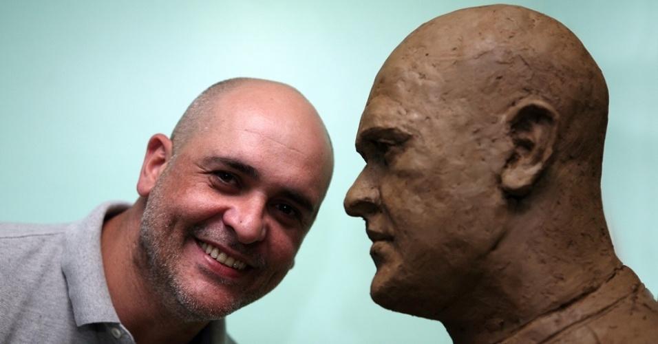 Marcos posa ao lado do busto em sua homenagem que ficará na Arena Palestra