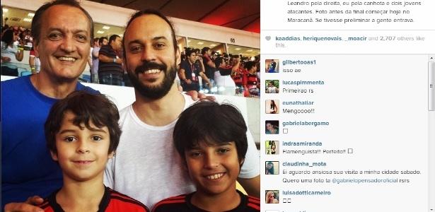 Músico Gabriel o Pensador posa com os filhos ao lado ex-lateral Leandro durante a decisão