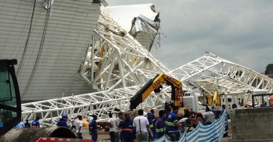 27.nov.2013 - Arquiteto que fazia visita a obras do estádio do Corinthians flagra momento do acidente
