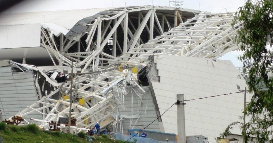 27.nov.2013 - Arquiteto que fazia visita a obras do estádio do Corinthians fotografou arena logo após queda do guindaste