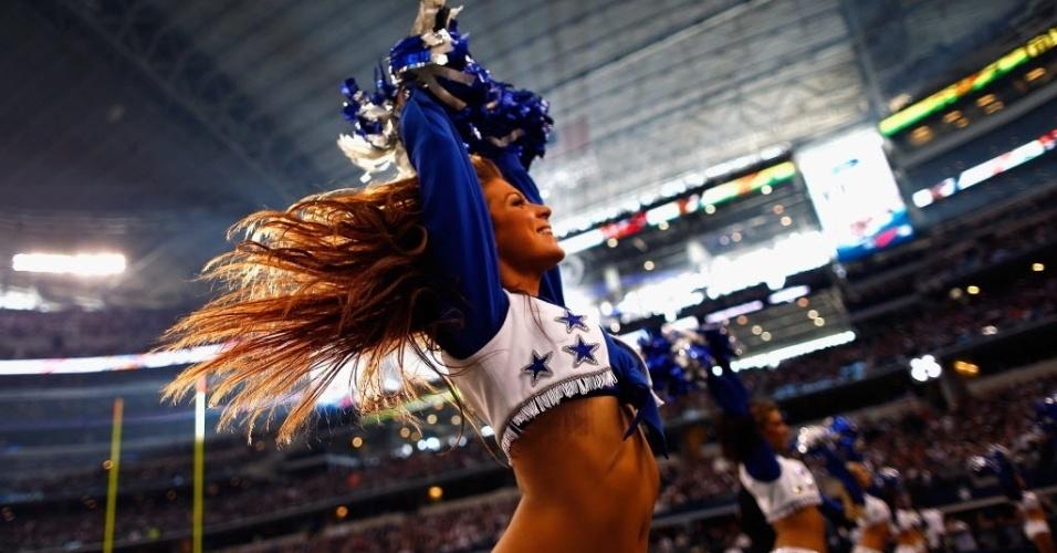 28.nov.2013 - Cheerleader do Dallas Cowboys dança na rodada especial do Dia de Ação de Graças da NFL