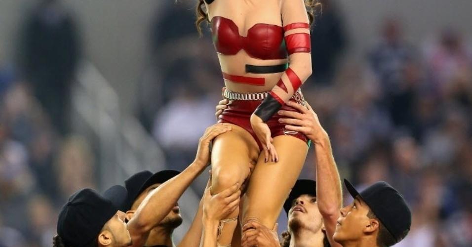 28.nov.2013 - Selena Gómez faz show durante o intervalo da partida Oakland Raiders e Dallas Cowboys na rodada do Dia de Ação de Graças da NFL