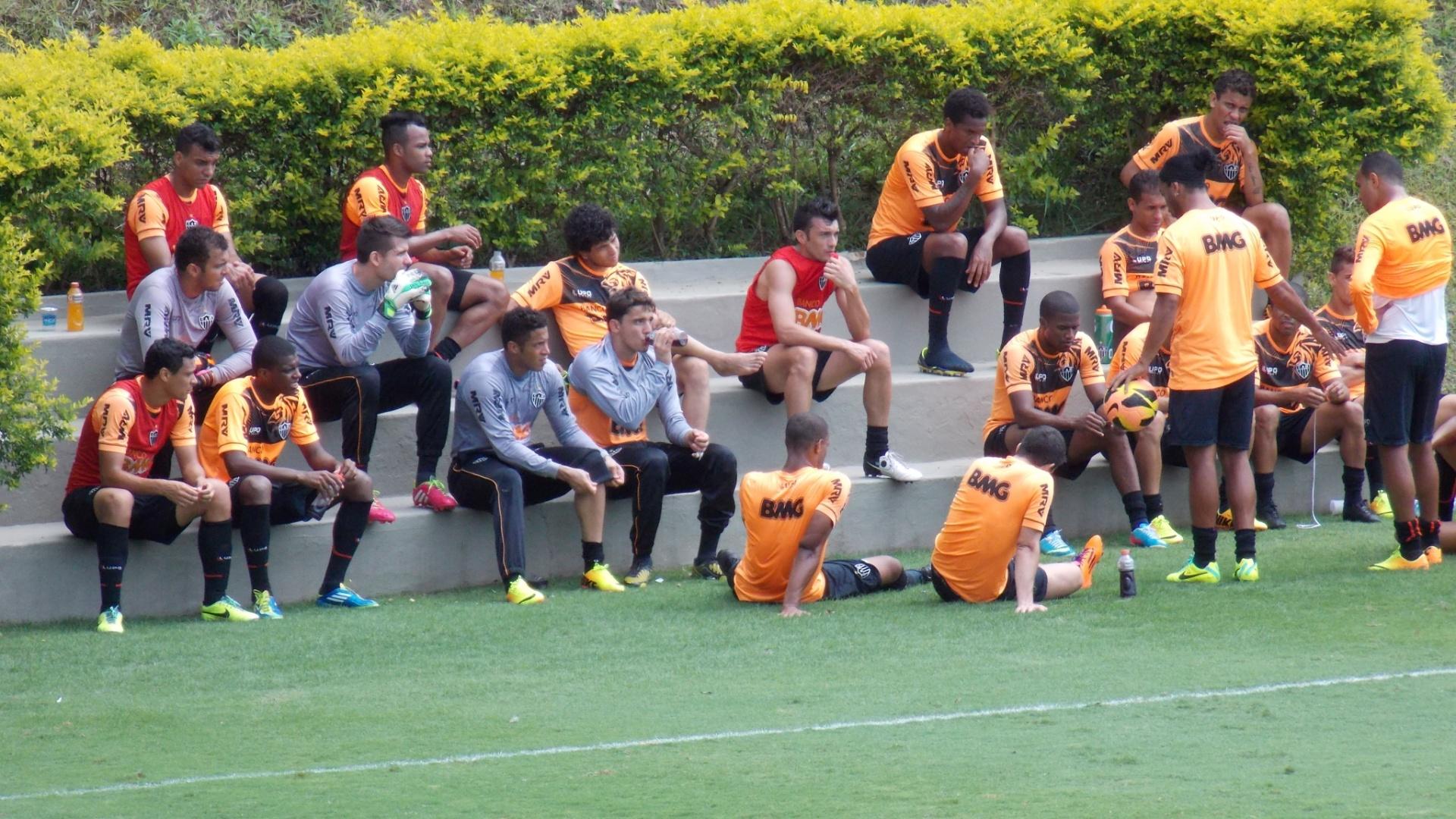 29 nov 2013 - Após o treino descontraído, Ronaldinho Gaúcho conversa com seus companheiros de Atlético-MG