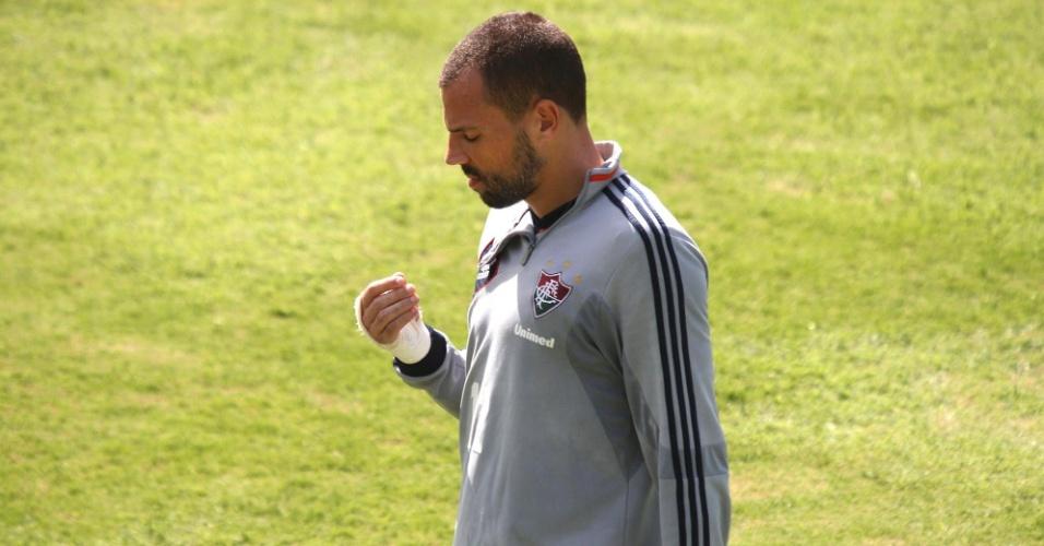 29 nov. 2013 - Diego Cavalieri deixa treinamento do Fluminense após sentir dores em dedo feriado da mão