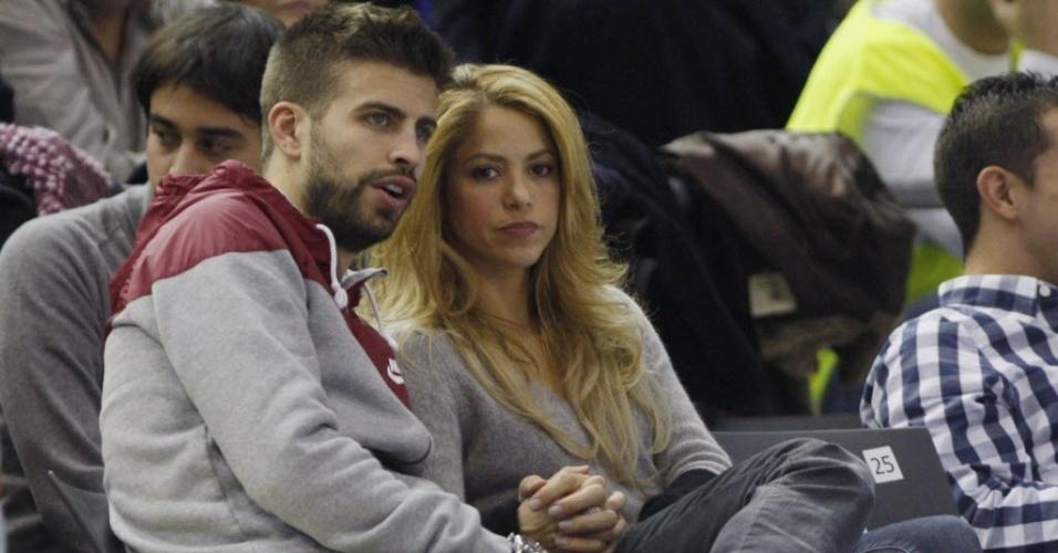 Piqué e Shakira acompanham jogo de basquete do Barcelona