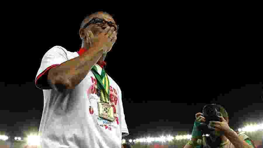 Técnico Jayme de Almeida manda beijos em agradecimento à torcida do Flamengo após título da Copa do Brasil no Maracanã - Júlio César Guimarães/UOL