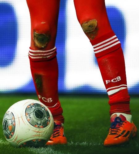 30.11.2013 - O meia holandês Arjen Robben teve suas meias rasgadas durante a partida contra Braunschweig, pelo Campeonato Alemão