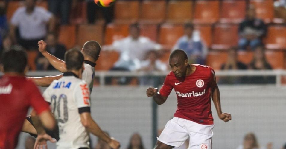 30.nov.2013 - Juan sobe para cortar de cabeça durante jogo Corinthians x Internacional