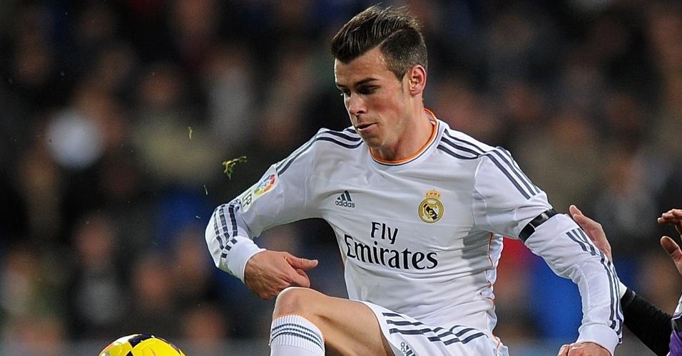 Bale divide bola no duelo entre Real Madrid e Valladolid, pelo Campeonato Espanhol. Time de Madri goleou por 4 a 0