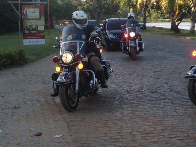01.dez.2013 - A escolta dos carros da Fifa foi feita por 21 motos da Polícia Rodoviária