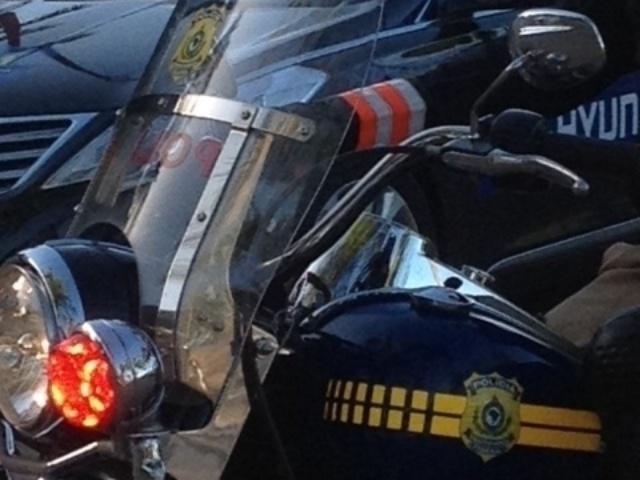 01.dez.2013 - Detalhe de uma das motos da Polícia Rodoviária e de carro de uma das patrocinadoras da Copa, ao fundo