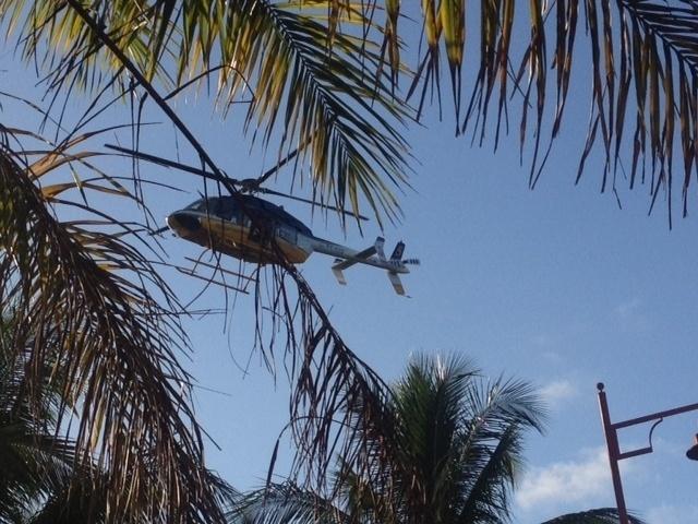 01.dez.2013 - Helicóptero faz voo de reconhecimento durante chegada da comitiva da Fifa para o sorteio da Copa do Mundo