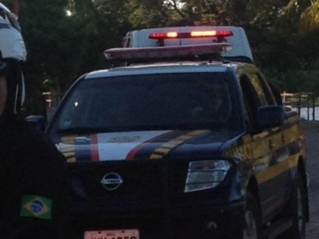01.dez.2013 - Três carros de polícia acompanharam o deslocamento dos chefes da Fifa na Bahia