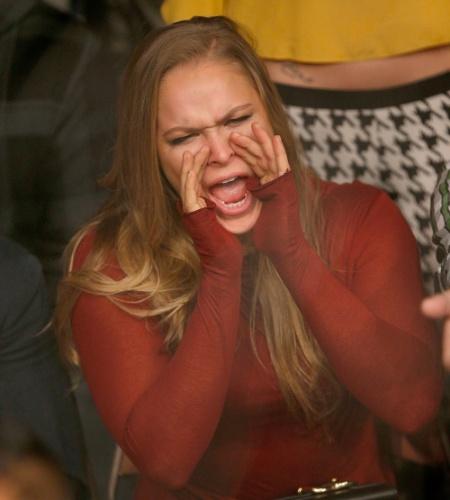 30.nov.2013 - Ronda Rousey grita na torcida durante a luta entre Nate Diaz e Gray Maynard no TUF 18 Finale