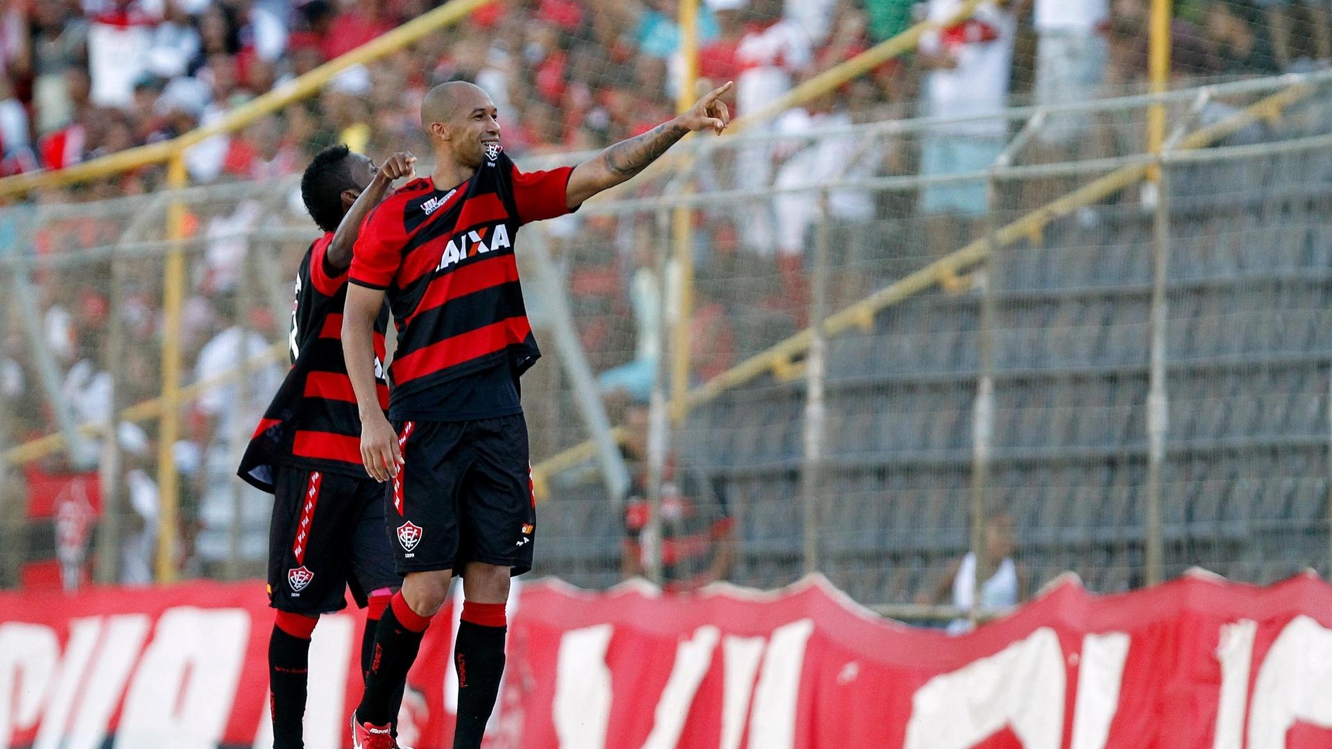 Dinei comemora gol do Vitória, que bateu o Flamengo por 4 a 2 na Bahia