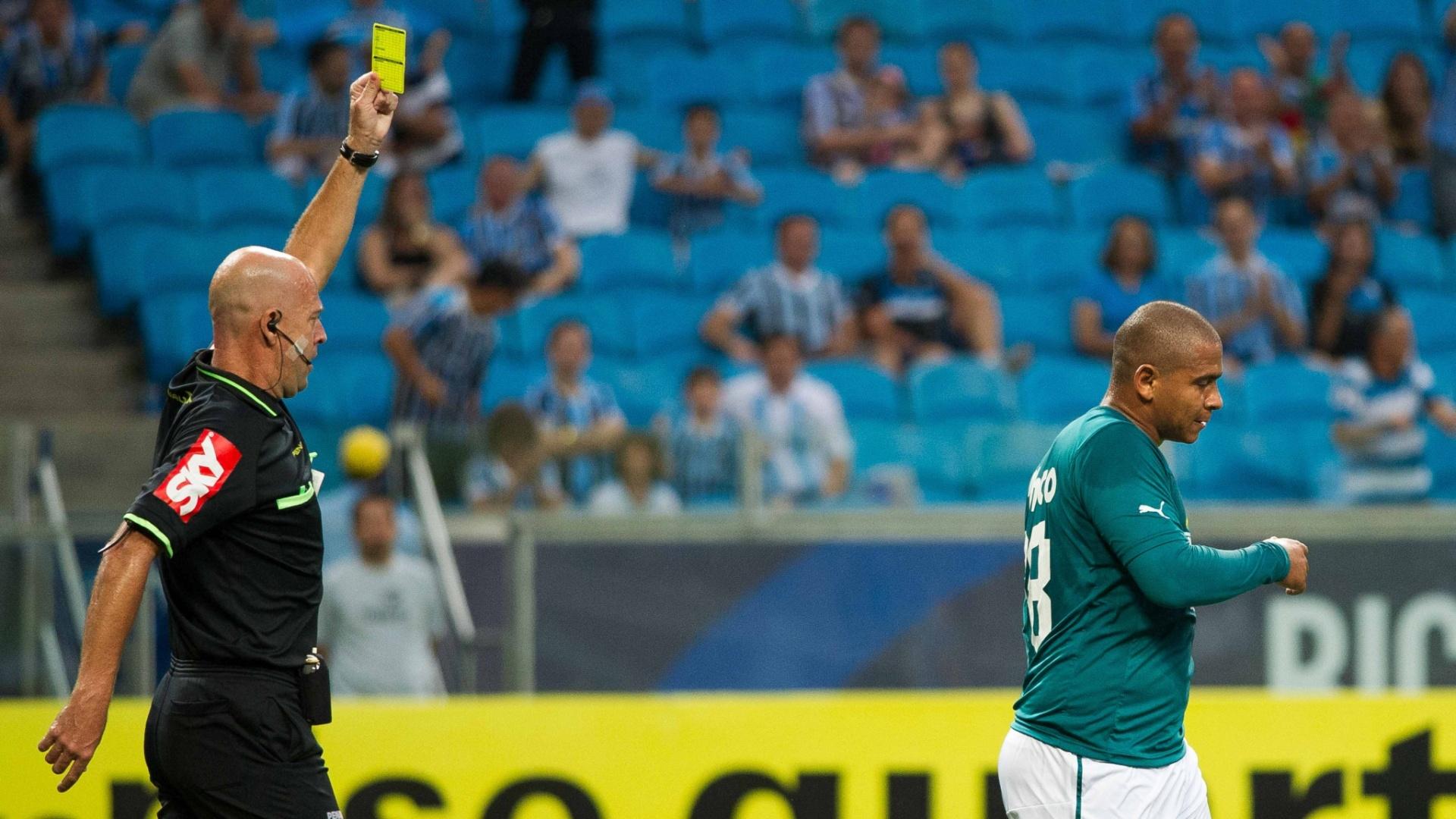 Heber Roberto Lopes mostra cartão amarelo para o atacante Valter, do Goiás