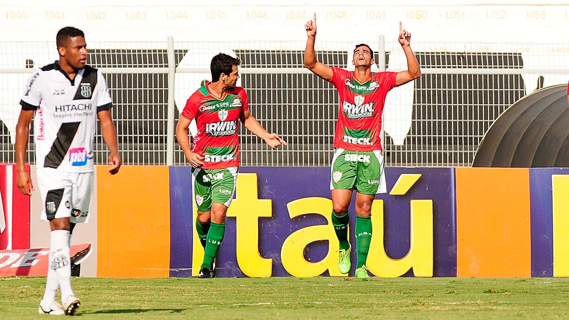 Henrique comemora gol da Portuguesa contra a Ponte Preta, no Moisés Lucarelli
