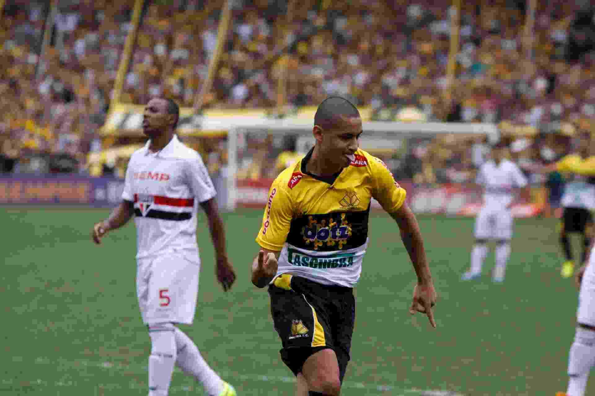 Welington Paulista comemora gol do Criciúma contra o São Paulo - Fernando Carvalho/AGP/Estadão