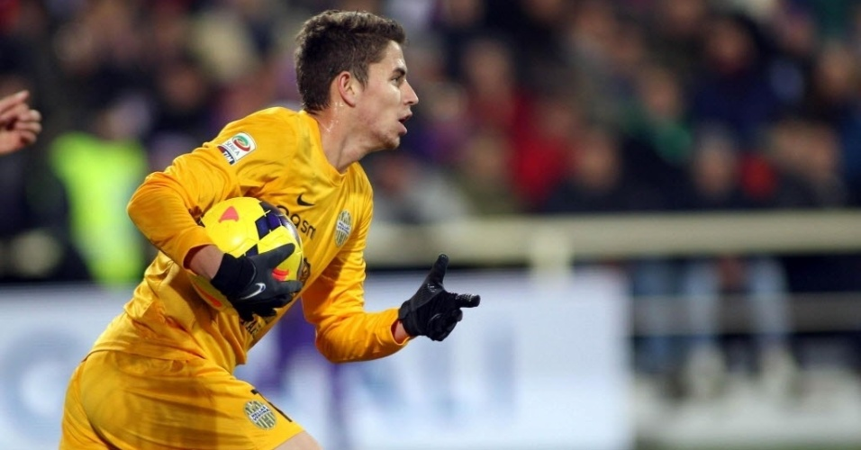 02.dez.2013 - Brasileiro Jorginho comemora após marcar para o Hellas Verona contra a Fiorentina