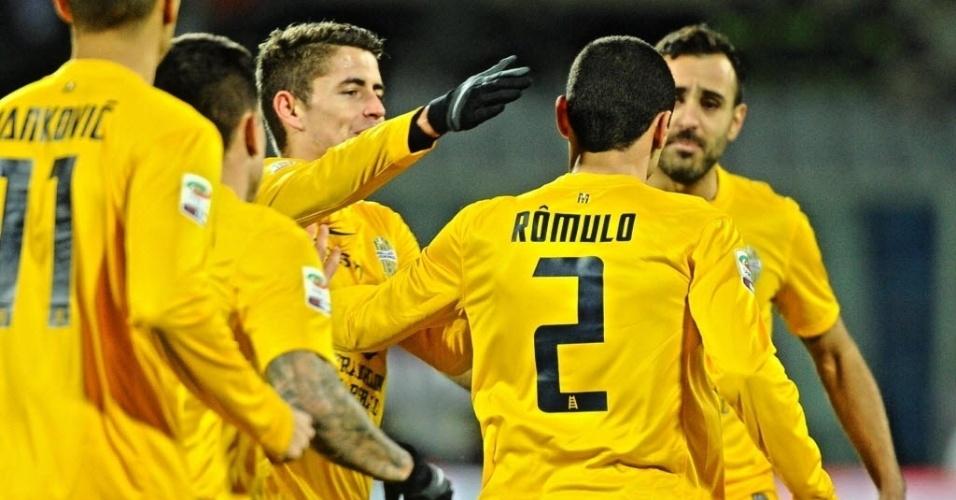 02.dez.2013 - Brasileiro Rômulo, ex-Cruzeiro, comemora com os companheiros após marcar o primeiro gol na derrota do para o Hellas Verona para a Fiorentina