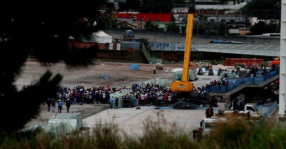 Antes de retomarem o trabalho no Itaquerão, funcionários rezaram próximo à área do acidente que matou duas pessoas