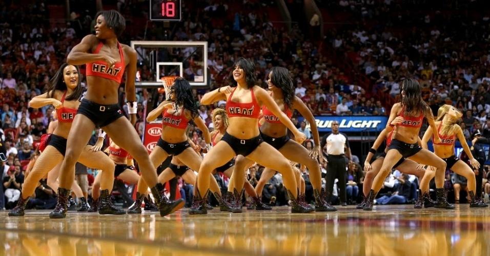 01.dez.2013 - Cheerleaders dançam durante o intervalo da partida entre Miami Heat e Charlotte Bobcats