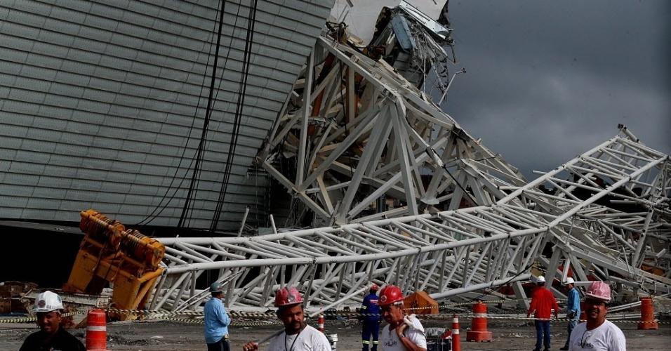 Mais de mil funcionários retomaram as atividades no Itaquerão após o acidente ocorrido na quarta-feira passada, que matou duas pessoas. Serviços reiniciados nesta retomada foram leves. Área do acidente continua interditada