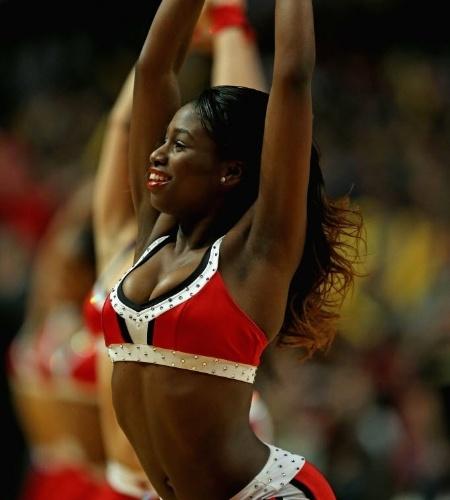 02.dez.2013 - Cheerleader do Chicago Bulls dança durante intervalo do duelo da equipe contra o New Orleans Pelicans pela NBA