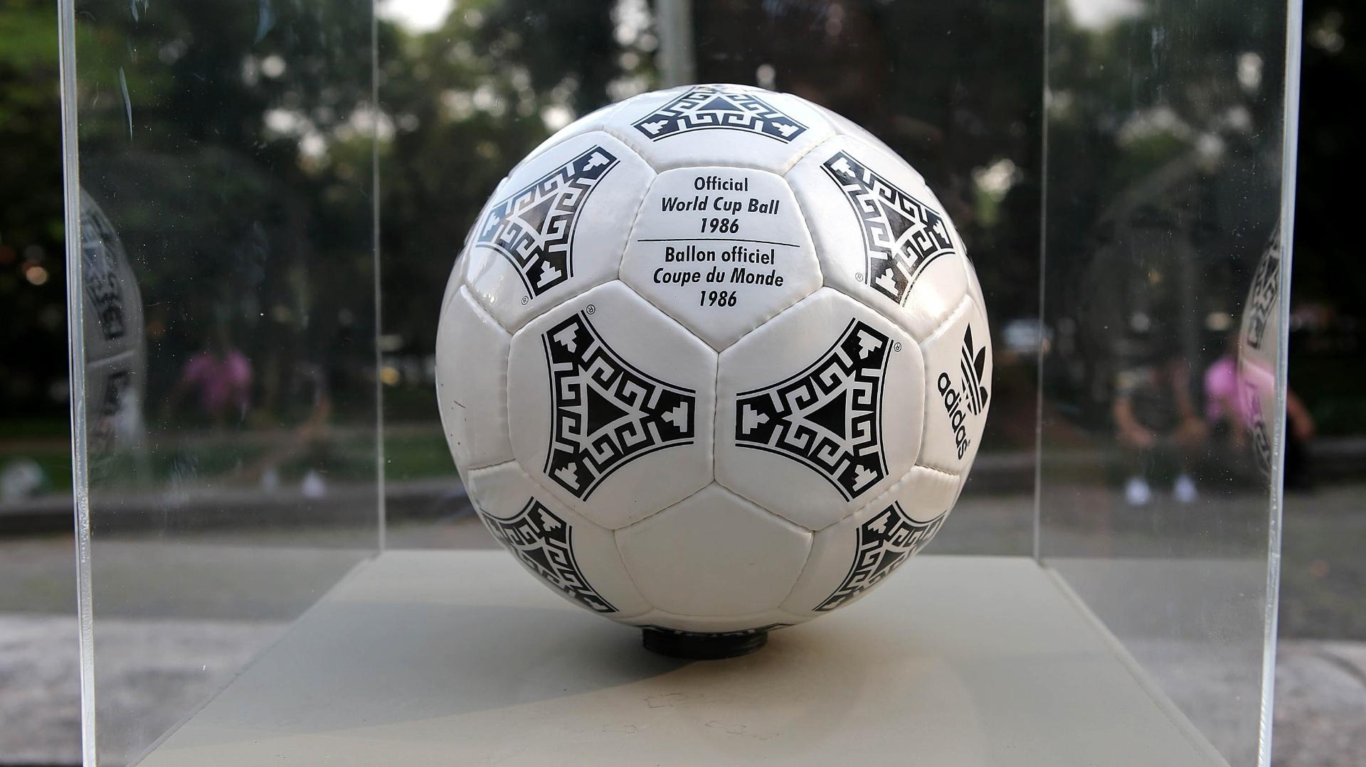 03.dez.2013 - A Azteca, bola oficial da Copa de 1986, foi a primeira a ganhar um desenho estilizado em referência ao país anfitrião, o México. O desenho é a reprodução de um mural asteca.