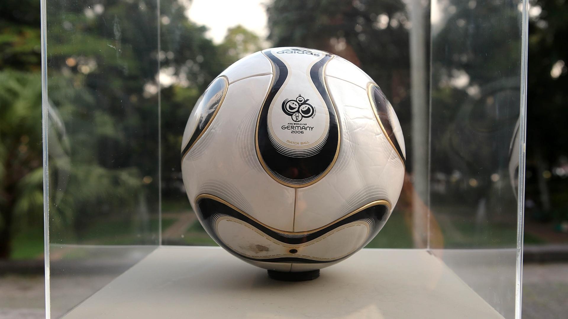 """03.dez.2013 - A bola da Copa de 2006 na Alemanha recebeu muitas mensagens. Seu nome, Teamgeisto, significa """"espírito de equipe"""" em alemão e, sobre ela, aparecia a inscrição, em inglês, """"A time to make friends"""" (""""É tempo de fazer amigos"""")"""