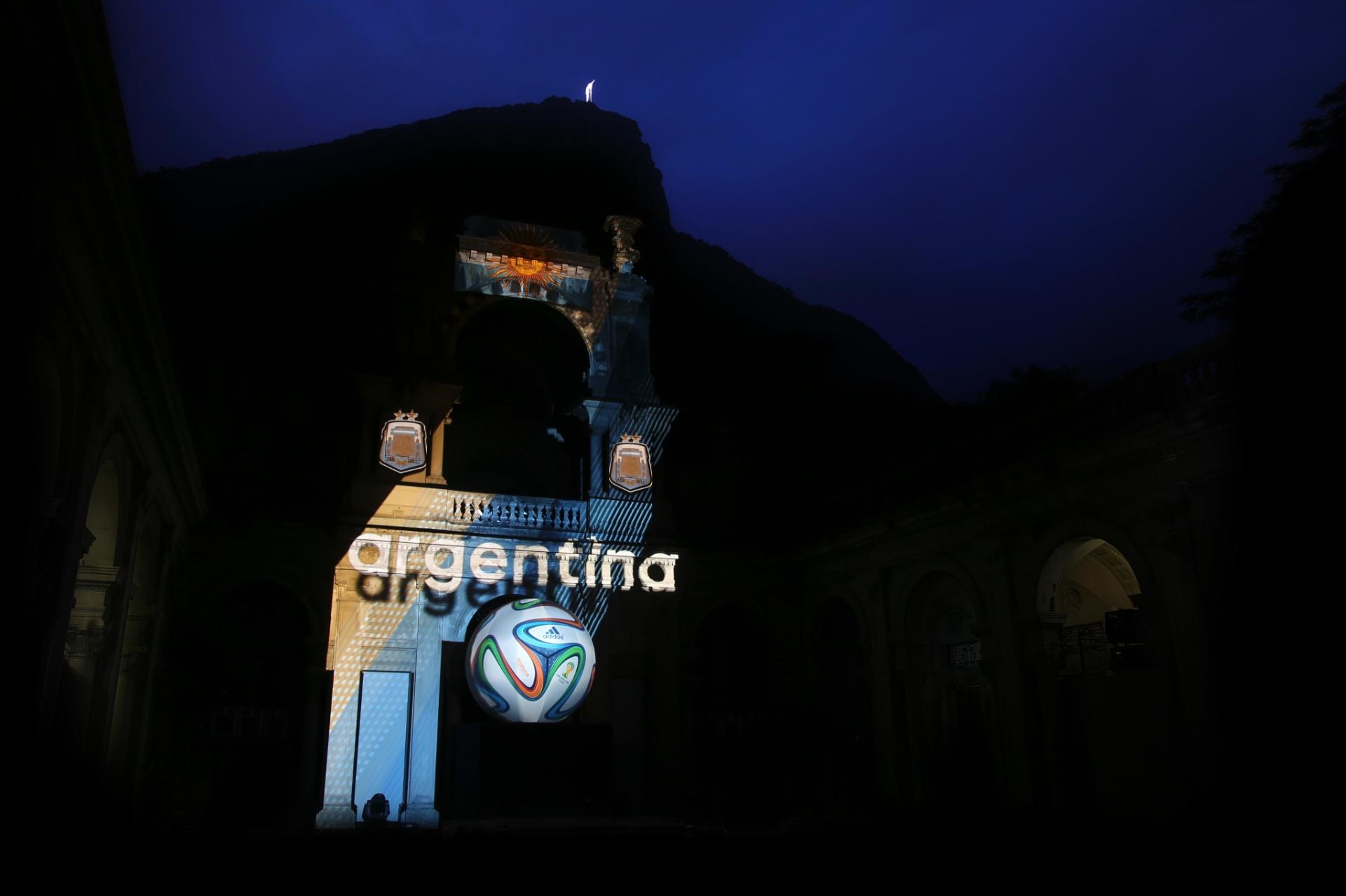 03.dez.2013 - A bola da Copa do Mundo de 2014 foi apresentada ao público em festa high-tech no Rio de Janeiro